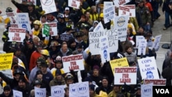 Los bomberos también manfiestaron apoyo a sus colegas de los sindicatos de trabajadores en Wisconsin.