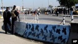 이라크 보안군이 12일 차량 폭탄 테러가 발생한 바그다드 현장을 방비하고 있다.