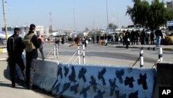 伊拉克安全部隊在巴格達炸彈襲擊現場站崗