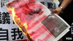 社民連到遊行到《南華早報》分社抗議,並在門前燒毀該報章
