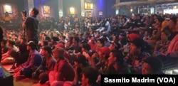 Sekitar 200 pengunjung memadati ruangan konser di Toba Tabo Cafe, Jakarta, Sabtu, 6 April 2019. (Foto: VOA/Sasmito Madrim)