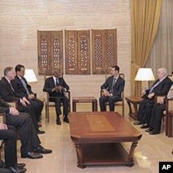 ທ່ານ Kofi Annan ທູດພິເສດຂອງສະຫະປະຊາ ຊາດກັບສັນນິບາດອາຫຣັບ (ກາງຊ້າຍ) ພົບປະ ສົນທະນາກັບປະທານາທິບໍດີຊີເຣຍ ທ່ານ Bashar al-Assad (ກາງ ຂວາ) ຢູ່ນະຄອນຫລວງດາມັສ ກັສ ແຕ່ບໍ່ບັນລຸຜົນໃດໆ, ວັນທີ 10 ມີນາ 2012.