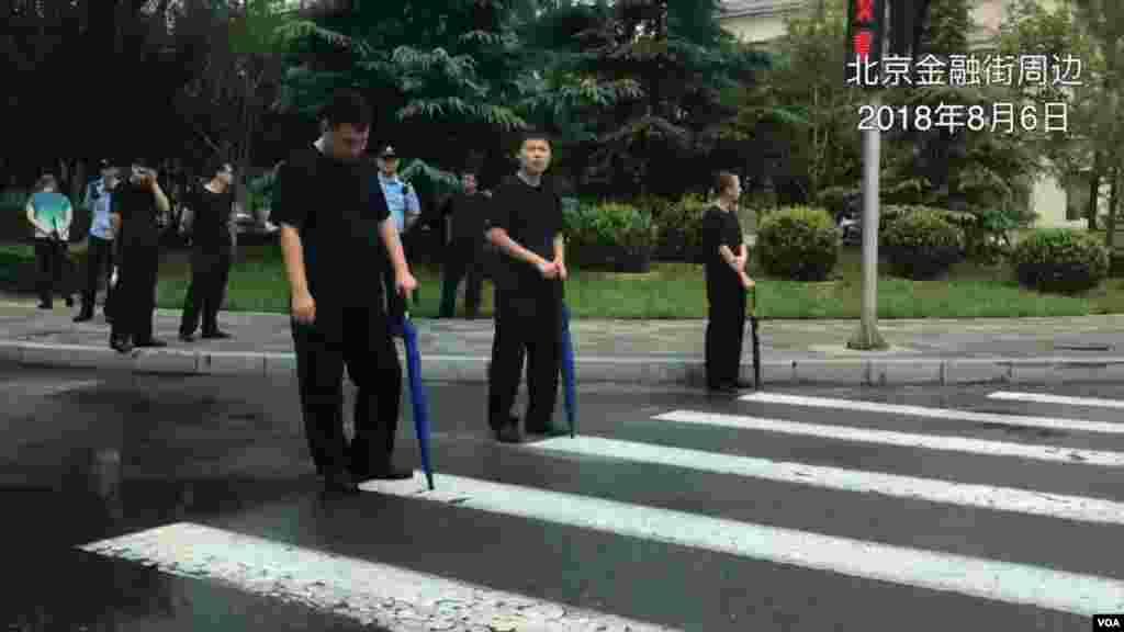 当局在北京金融区封锁街道,阻挡受害于P2P集资的金融难民。