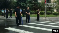 北京当局2018年8月6日出动警力阻截维权请愿者(美国之音叶兵)