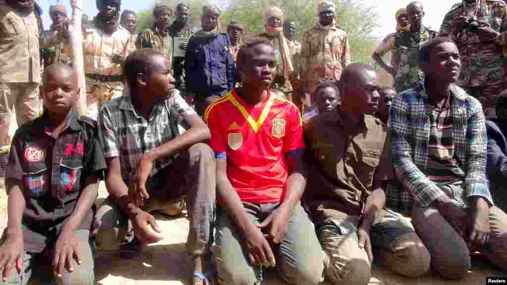 Tsoiffin 'yan kungiyar Boko Haram sun tattaru a gaban sojojin Chadi a garin Ngouboua ran 22 Afrilu, 2015. Yaran sun ce su 'yan kasar Chadi ne wadanda aka tilasta musu shiga kungiyar Boko Haram lokacin da suke karatun allo a Najeriya, amma daga baya sun kubuce suka gudu, suka mika kawunansu ga sojojin Chadi.