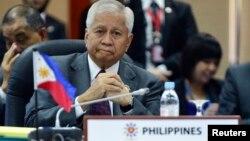 Bộ trưởng Ngoại giao Philippines Albert del Rosario nói ASEAN nên nói với Trung Quốc những gì nước này đang làm là sai và rằng hành động cải tạo bồi đắp đất ồ ạt nên dừng lại ngay lập tức