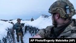 مشرقی یوکرین میں روس کی سرحد پر تعینات یوکرینی فوجی اپنی پوزیشن سنبھالے ہوئے ہیں۔ مارچ دو ہزار اکیس