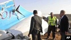 Des enquêteurs près de la carcasse de l'avion russe qui s'est écrasé le 31 octobre 2015 dans le Sinaï.