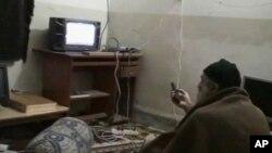 中情局公佈的其中一段本拉登錄影﹐顯示他在觀看有關他本人的電視報導