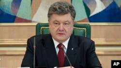 Ukraine's President Petro Poroshenko speaks to officials in his office, Kyiv, Ukraine, April 6, 2015.