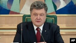 Ukraine's President Petro Poroshenko speaks to officials in his office, Kyiv, Ukraine, April 6, 2015.