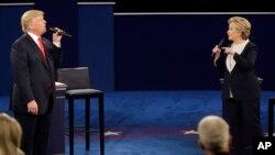 지난 9일 미국 세인트루이스 워싱턴대학교에서 진행된 2차 대통령후보자 토론회에서 힐러리 클린턴(오른쪽) 민주당 후보와 도널드 트럼프 공화당 후보가 공방을 벌이고 있다.
