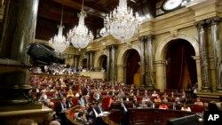 Suasana sidang pleno parlemen Catalonia di Barcelona, Spanyol, 6 September 2017. (Foto: dok). Parlemen di daerah Catalonia, Spanyol akan mengadakan rapat untuk pertama kalinya, Rabu (17/1) sejak pemerintah pusat negara itu membubarkan badan tersebut dan memerintahkan pilkada baru sebagai tanggapan atas referendum kemerdekaan.
