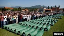 2014年7月20日波斯尼亚穆斯林在万人坑为亲属祈祷