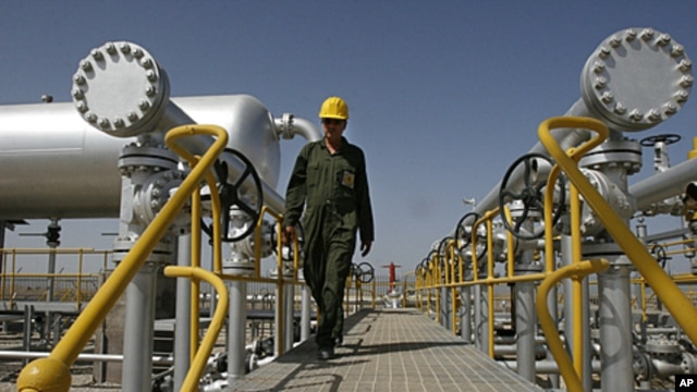 Iranian oil technician Majid Afshari makes his way at the oil separator facilities in Azadegan oil field, near Ahvaz, Iran, (File).