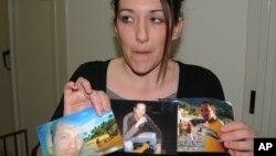 Giovanna Piazza, cuñada de Giovanni Lo Porto, el rehén italiano muerto en el ataque contra al-Qaeda muestra fotos familiares.