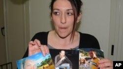Seorang anggota keluarga menunjukkan foto Giovanni Lo Porto, seorang pekerja bantuan Italia yang diculik di Afghanistan (foto: dok).