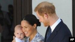 Le prince Harry et Meghan, duchesse du Sussex, tenant leur fils Archie, au Cap, en Afrique du Sud, le 25 septembre 2019.