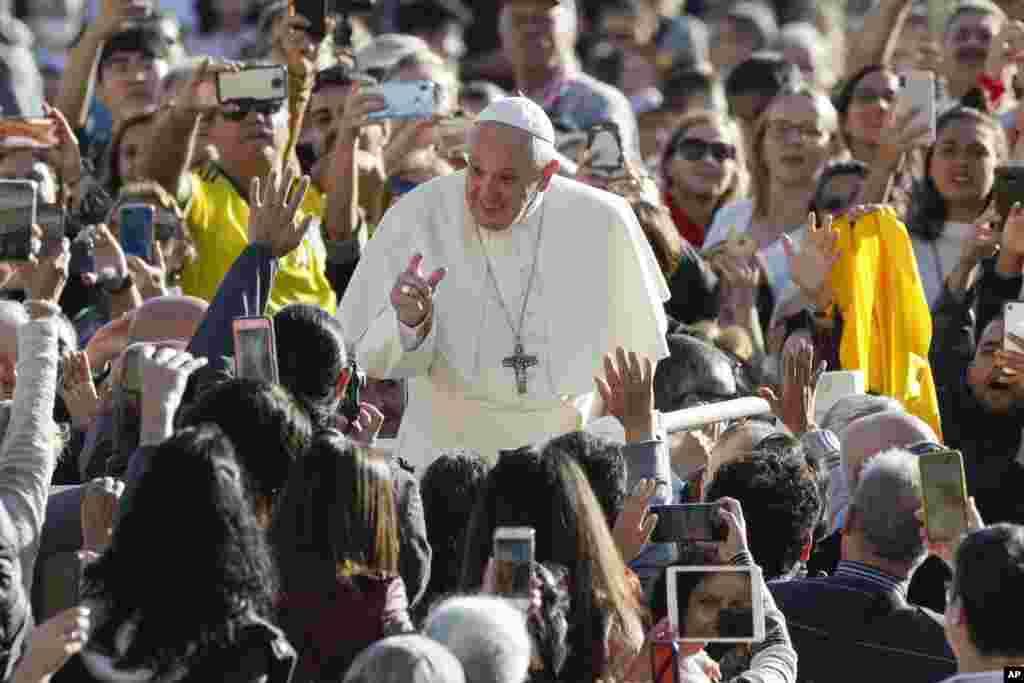 پاپ فرانسیس در میدان سنت پیتر در واتیکان با گروهی از مردم دیدار می کند.