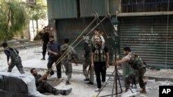 Para pemberontak Suriah mempersiapkan serangan dalam bentrokan di Aleppo (15/10).