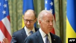美国副总统拜登(右)4月22日与乌克兰临时总理亚采纽克在基辅举行联合记者会