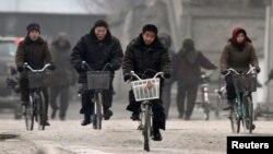 지난 18일 중국 접경도시 단둥에서 바라본 북한 신의주. 자전거를 탄 주민들의 모습이 보인다. (자료사진)