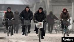 지난달 18일 북-중 접경도시 단둥에서 바라본 북한 신의주. 자전거를 탄 주민들의 모습이 보인다. (자료사진)