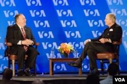 美国国务卿蓬佩奥在美国之音总部发表演说之后接受美国之音台长莱利的提问。(2021年1月11日)