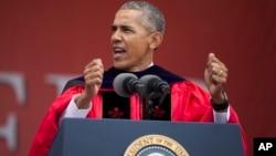 """El jefe de estado agregó que """"La ignorancia no es una virtud"""", e invitó a los estudiantes a no lamentar la pérdida de una supuesta era dorada de Estados Unidos."""