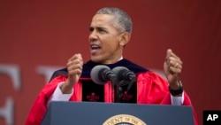 바락 오바마 미국 대통령이 15일 뉴저지 주 럿거스 대학교 졸업식에서 연설하고 있다.