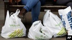 ماہرین ماحولیات کے مطابق شاپنگ بیگز کا استعمال ماحول کے لیے خطرہ ہے۔