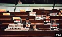 民主派立法會議員展示反對一地兩檢標語。(美國之音湯惠芸攝)