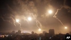 以色列的炮火照亮了加沙城的夜空