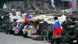 Donetskda Rossiyaga xayrixoh faollar viloyat hokimiyati atrofiga barrikada qurgan, Ukraina, 9-aprel, 2014-yil