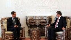 بشار اسد، رییس جمهوری سوریه (چپ) در دیدار با داوود اغلو وزیر امورخارجه ترکیه در دمشق - ۹ آگوست ۲۰۱۱