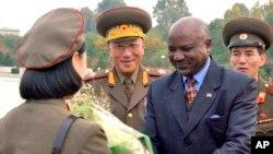 지난 2008년 10월 찰스 나몰로 당시 나미비아 국방장관이 평양을 방문했다. (자료사진)
