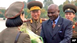 지난 2007년 10월 찰스 나몰로 당시 나미비아 국방장관이 평양을 방문했다고, 북한 관영 조선중앙통신이 전했다. (자료사진)