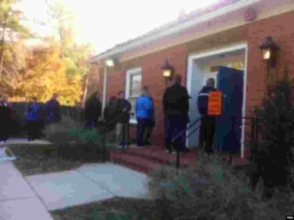 選民在投票站門口排隊等候投票 (美國之音張洸華拍攝)