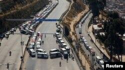Blocage routier imposé par les partisans de l'ancien président bolivien Evo Morales pour protester contre le nouveau report des élections en raison de l'épidémie de Covid-19, à El Alto, le 10 août 2020. (REUTERS/David Mercado)