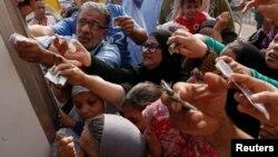 이집트 전역에서 설탕 품귀 현상이 빚어지고 있는 가운데, 지난 14일 수도 카이로 시민들이 정부 공급분을 구매하기 위해 수송차 주변에 몰려들고 있다.