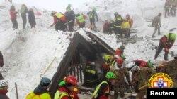 Nhân viên cứu hộ tìm kiếm xung quanh khách sạn Rigopiano ở Farindola, miền trung Ý.
