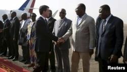 Le Premier ministre français Manuel Valls à sa descente d'avion à Ouagadougou, le 20 février 2016.
