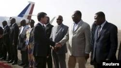 Le Premier ministre français Manuel Valls à sa descente d'avion à Ouagadougou, le 20 février 2016. (REUTERS/Nabila El Hadad)
