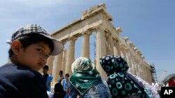 지난 9일 그리스에 입국한 아프가니스탄 난민들이 그리스 문화부가 주선한 관광여행 중 아테네 파르테논 신전을 구경하고 있다. (자료사진)