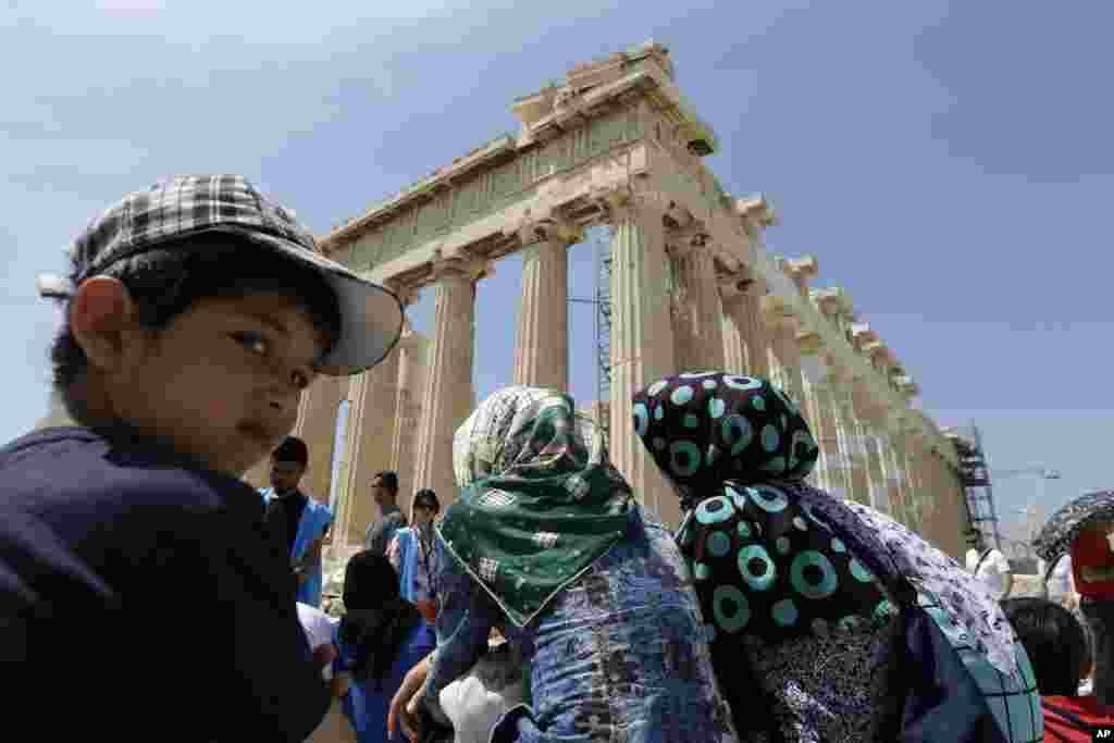 កុមារអាហ្វហ្គានីស្ថាននៅពីមុខប្រាសាទ Parthenon ដែលមានអាយុកាល ២.៥០០ ឆ្នាំនៅប្រទេសក្រិក។
