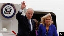 El vicepresidente estadounidense, Joe Biden, saluda acompañado de su esposa, Jill, a su llegada a Bogotá.