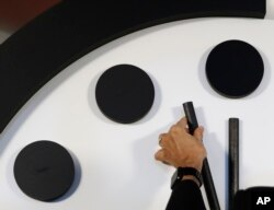 Robert Rosner, presidente del Boletín de Científicos Atómicos mueve las manecillas del Reloj del Apocalipsis a dos minutos antes de la medianoche durante una conferencia de prensa en el Club Nacional de Prensa en Washington. Enero 25, 2018.