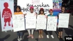 Anak-anak SD di Solo memperingati Hari Anti Korupsi Sedunia dengan menegaskan tekad sebagai Generasi Anti Korupsi Indonesia, Sabtu 9/12 (foto: Yudha/VOA).