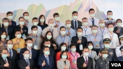 漢翔F-16維修中心啟動後,台灣總統蔡英文和該中心之部分民間供應廠商合影。(黃麗玲攝)