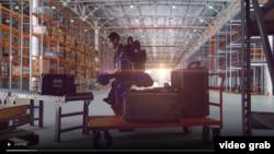讓常人化身超級大力士的可穿戴機器人裝備。(視頻截圖)